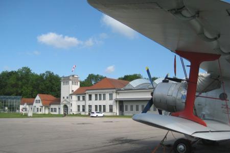 Alte Werfthalle und Kommandantur