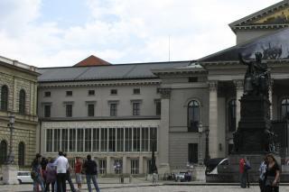 Bild: Das Residenztheater liegt direkt neben der Oper