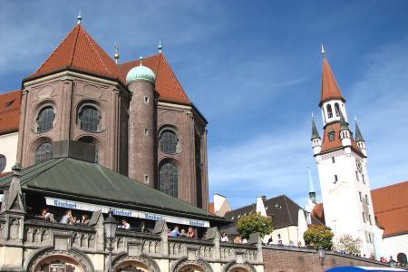 Blick zur Peterskirche und dem alten Rathaus