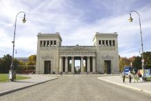 Bild: Königsplatz: Die Propyläen