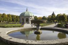 Picture: The Fountain in front of the central pavilion (Dianentempel)