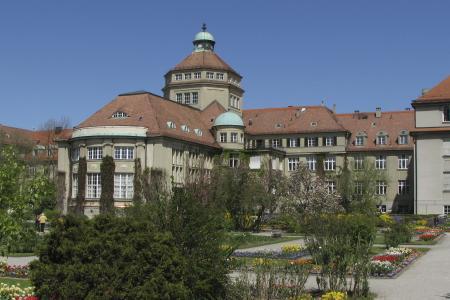 Das Hauptgebäude vom Innenbereich gesehen