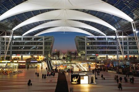 Das Munich Airport Center bei Nacht