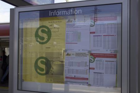 Fahrplaninformationen gibt es auf jedem Bahnsteig